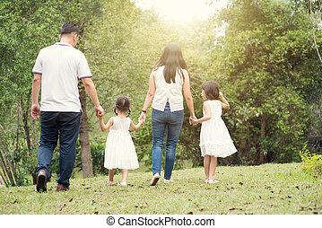 aziatische familie, houden hands, en, wandelende, op, buiten, park, back, overzicht.