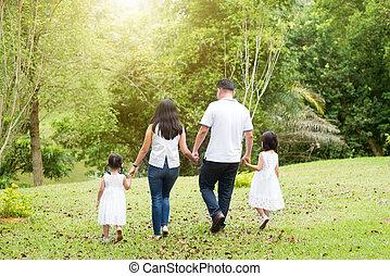 aziatische familie, wandelende, op, buiten, park, back, overzicht.