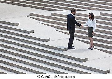 aziatische vrouw, kaukasisch, zakenman, handdruk, stad, stappen
