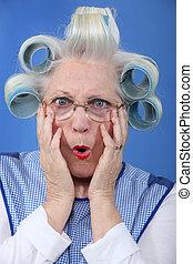 azul-blue-eyed, abuelita, con, gigante, ruleros de pelo