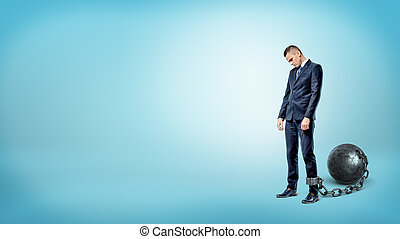 azul, cabeza, estantes, encadenado, deprimido, plano de fondo, mientras, bajado, hierro, hombre de negocios, ball.