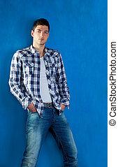 azul, camisa xadrez, jeans esconderijos, homem jovem, bonito