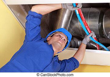 azul, canos, trabalhador, ar, canais, segurando, sob, vermelho