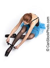 azul, caucásico, blanco, tutu, poniendo, pointes, ballet, fondo., vista, superior, bailarín, shoes, contra