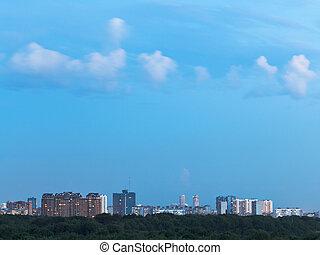 azul, cidade, pequeno, nuvens, anoitecer, sobre, céu, branca