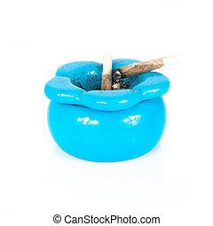 azul, cinzeiro, com, usado, cigarro, rolando, dentro, sobre, fundo branco