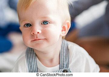 azul, close-up, doce, pequeno, rosto, olhar, câmera., bebê, eyes., loiro, criança