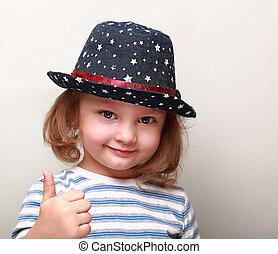 azul, cute, polegar, mostrando, cima, sinal, menina, chapéu, criança