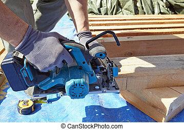 azul, elétrico, carpinteiro, usando, serra, colarinho