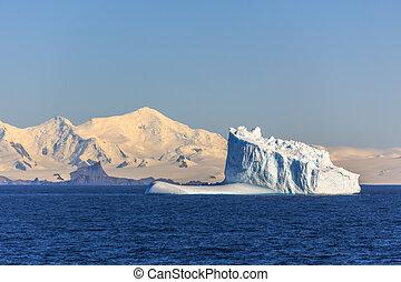 azul, enorme, iceberg, drifting, nenhuma parte, meio, antártica, mar, através