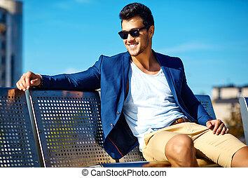 azul, feliz, guapo, Moda, Sentado, elegante, banco, alto, Confiado, calle, Traje, hombre de negocios, modelo, hombre, mirada, joven, ropa