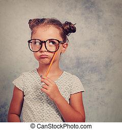 azul, lápiz, idea, tenencia, toned, pensamiento, vendimia, anteojos, plano de fondo, arriba, space., mano, mirar, haciendo mueca, tener, retrato, niña, copia, vacío, niño