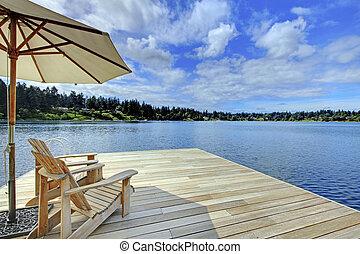 azul, lake., guarda-chuva, madeira, cadeiras, dois, enfrentando, doca, adirondack