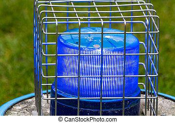 azul, luz intermitente, en, el, alambre, jaula