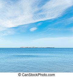 azul, mar, e, céu, com, clouds., ilha, ligado, horizonte