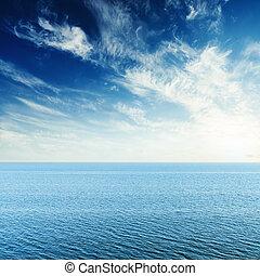 azul, mar, nuvens, em, céu, e, pôr do sol
