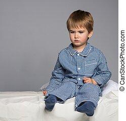 azul, menino, pequeno, pijama, cama, decepcionado