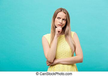 azul, mujer, arriba, pensamiento, aislado, amarillo, el mirar joven, confiado, plano de fondo, vestido