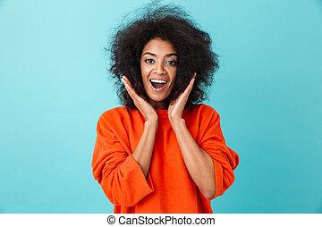 azul, mulher, camisa, coloridos, rosto, sobre, mãos, isolado, olhar, câmera, levantamento, fundo, sorrizo, retrato, excitado, vermelho