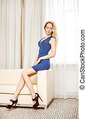 azul, mulher, sala, sofá, shortinho, vestido branco
