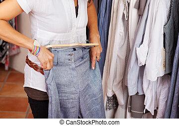 azul, mulher, trouser, tentando, loja roupa