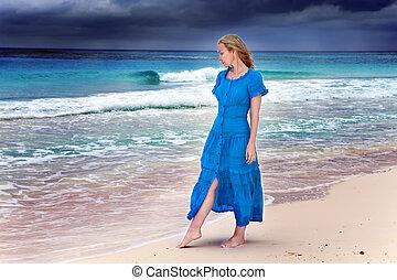 azul, mulher, vai, tempestuoso, longo, costa, mar, vestido