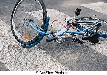 azul, niño, bicicleta, en, un, peatón, líneas, después, tráfico, incidente