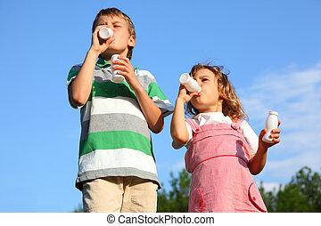 azul, niño, poco, cielo, bebida, contra, yoghurt., placer, ...