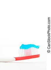 azul, pasta dentífrica, en, un, cepillo de dientes rojo