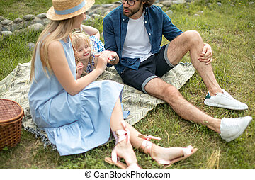 azul, picnicking, mujer, familia , lindo, ropa, su, hija, aire libre, sombrero, feliz