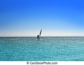 azul, sob, céu, mar, surfista