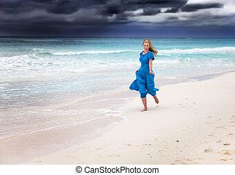 azul, surfar, mulher, tempestuoso, longo, mar, vestido