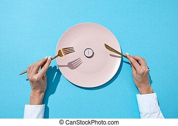 azul, tenedor, ella/los/las de niña, redondo, comer, placa, cima, seis, dieta, whatch, fondo., blanco, tiempo, punto, manos, servido, vista., concept., cuchillo, exposiciones