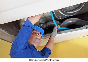 azul, trabalhador, ar, cano, canais, lugar, segurando, sob