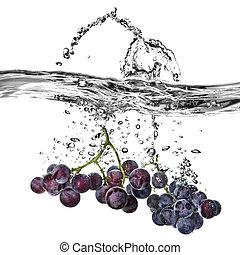 azul, uva, caído, en, agua, con, salpicadura, aislado, blanco