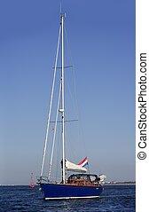 azul, velero, en, el, canal, navegación, con, motor