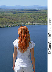 azul, vermelho-haired, sobre, lago, olhar, menina