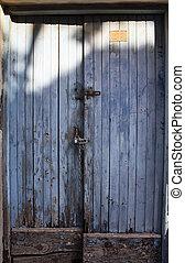 azul, viejo, oxidado, típico, cerrar con llave, puerta de madera, en, pueblo viejo, de, cund