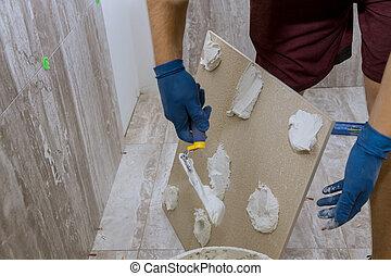 azulejos, aplicando, chão, morteiro, espalhar, banheiro, molhados, antes de
