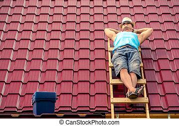 azulejos, trabalhador, casa, dormir, contra, fundo, telhado, escadas