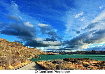 azur, lago, y, vuelo, en el viento, nubes
