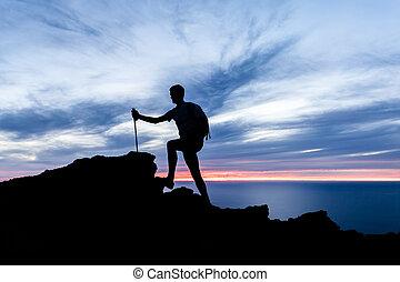 bábu természetjárás, árnykép, alatt, hegyek, óceán, és, napnyugta, belélegzési, táj