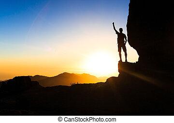 bábu természetjárás, mászó, árnykép, siker, alatt, hegyek, napnyugta
