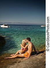 bájos, összekapcsol megcsókol, közel, a, tengerpart