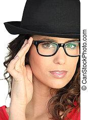 bájos, barna nő, fárasztó, kalap, és, szemüveg