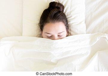 bájos, barna nő, kisasszony, alvás, alatt, a, ágy, -ban, reggel időmérés