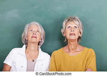 bájos, idősebb ember, figyelmes, 2 women