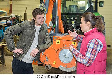bájos, nő, eladás, bélyegez új, traktor, fordíts, kezdő, farmer
