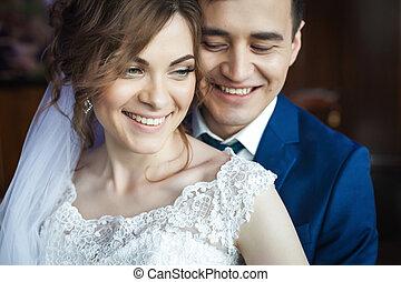 bájos, newlywed, összekapcsol dédelget, és, mosolygós