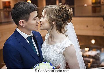 bájos, newlywed, összekapcsol megcsókol